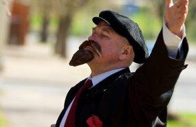 ФОТО: В Нарве верную дорогу на субботник указывали Ленин и Крупская